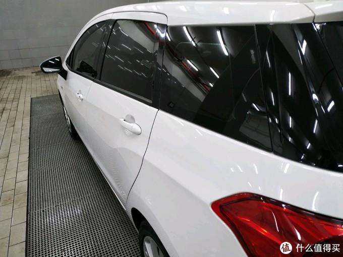 悬浮式车顶,钢琴黑D柱饰板和玻璃融为一体,内部视线也很好