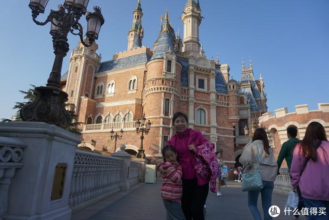 迪士尼城堡前的母女俩