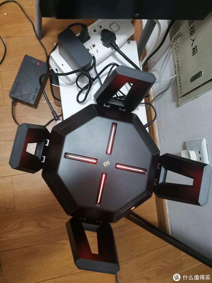插电!亮灯,没联网状态是红色的,准确说应该是橙色的,相机可能看不出来