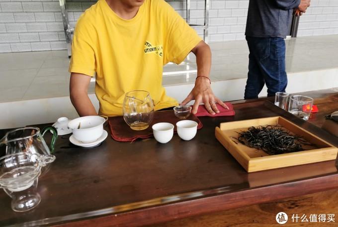 在昔归某初制所蹭喝一泡去年的秋茶,除了解渴,其他无感