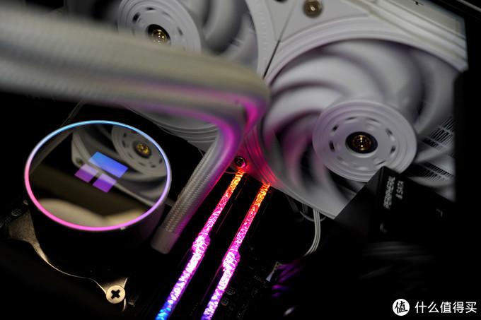 冷头内存特写 风扇反射rgb 灯光还是比较柔和和克制 白色风扇漫反射rgb 比较素雅