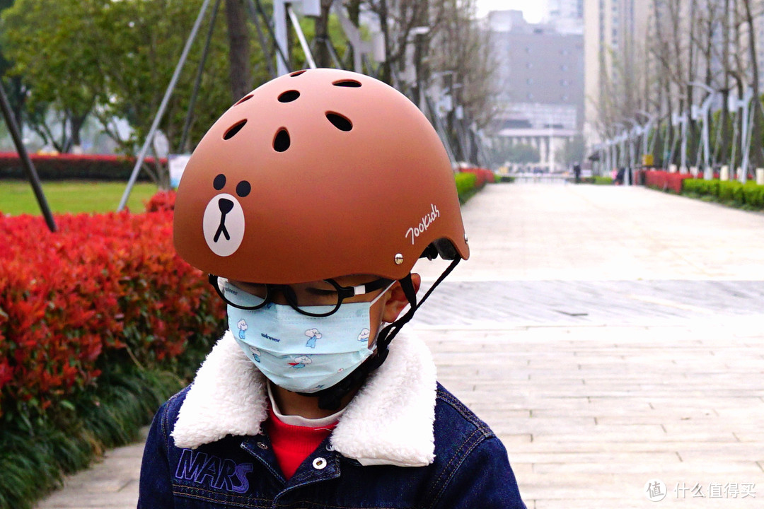 学会轮滑是不是也会了滑冰?柒小佰 小怪兽儿童轮滑鞋套装众测