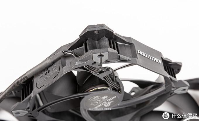 导线的延伸出风扇可以左右双向安装而不会卡住风扇或者螺丝