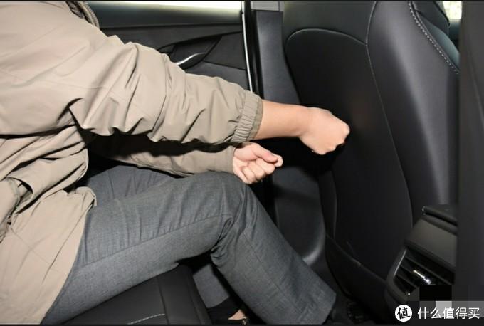坐我老婆后排不要太舒服,腿几乎都可以伸直了。