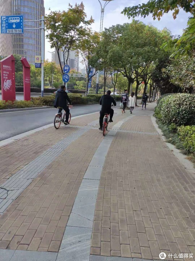 酒店外面比较空旷可以骑单车