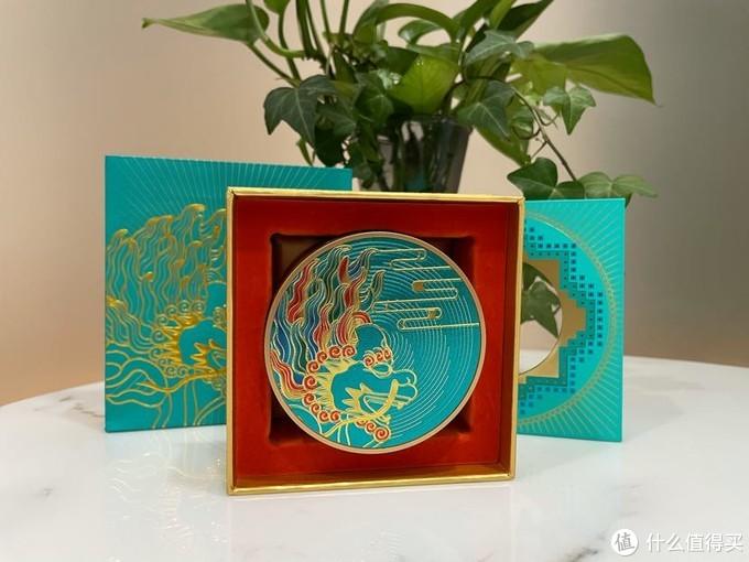 外盒以太和殿蟠龙藻井为灵感设计的,内盒以慈宁门前的鎏金铜麒麟。