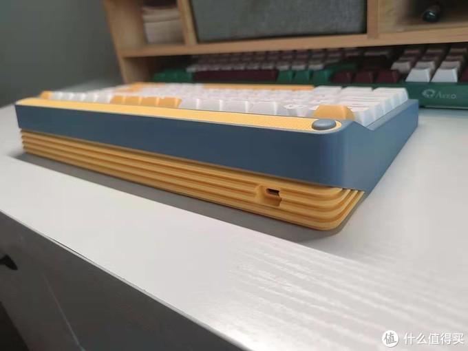 背部真的是点睛之笔,黄色类似于手风琴一样的点缀真的是爱了