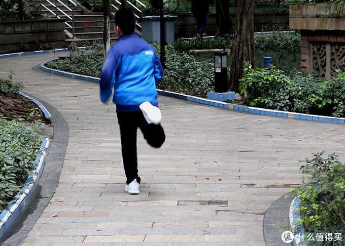 舒适减震设计精致,咕咚智能跑鞋5K助力健康体魄