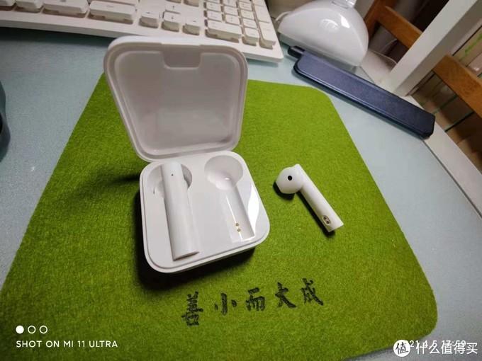 耳机内侧充电触点非常明显,耳机好长啊
