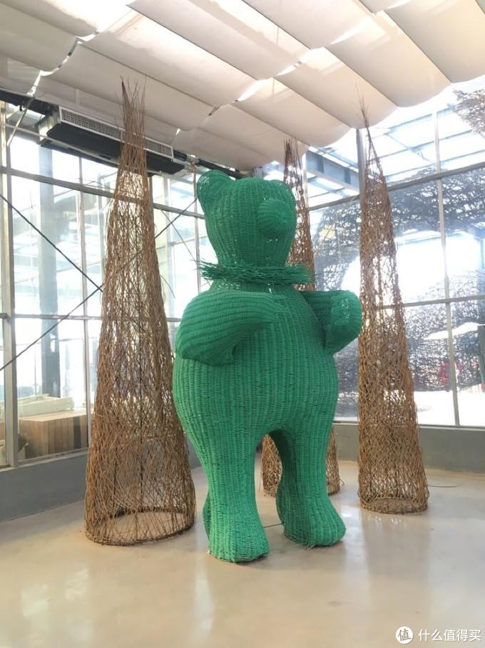 这个门口的大型柳编熊挺多小孩去合影的。感觉好像用毛线编织的一个玩具熊。