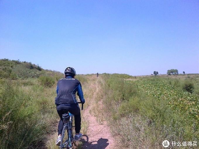 现在这个位置在开发的地质公园内部了。一条上下山的小路。公路自行车一样可以骑非铺装路面。
