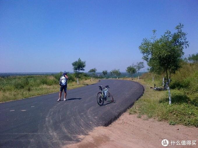 当时单车出镜,人在拍照。茂盛的植被和蓝蓝的天,很有夏天的感觉。
