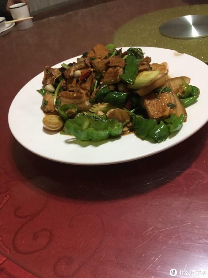 菜就拍了一个回锅肉。四个人四个菜,荤素各一半。还有一个荤菜是肥肠。也是类似的处理。都是真材实料的菜。里边有什么都看得见。就是这么简单粗暴并且很实惠。