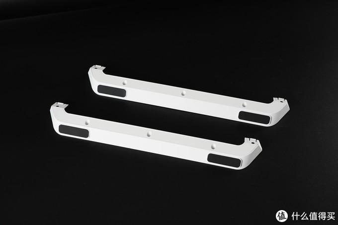 首先需要安装机箱支架,两条支架单独包装。