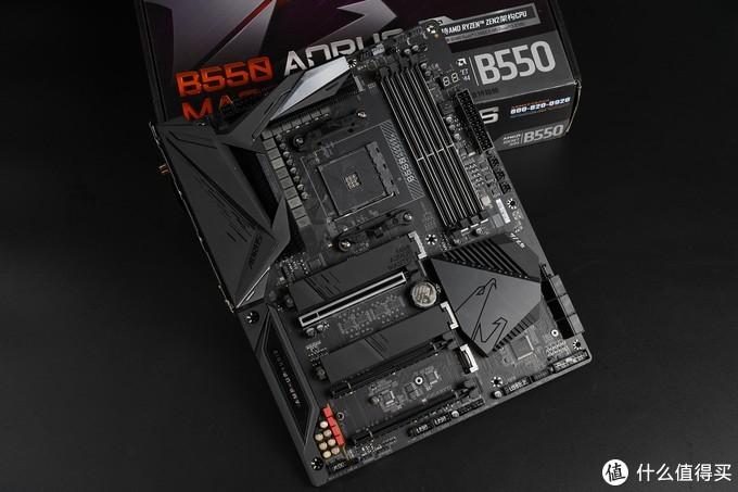 技嘉这块B550 MASTER同样以堆料著称,全PCIe 4.0 M.2接口,16相直出数字供电,WIFI6模块,正面覆盖有大量的金属散热装甲,而且还有金属背板。