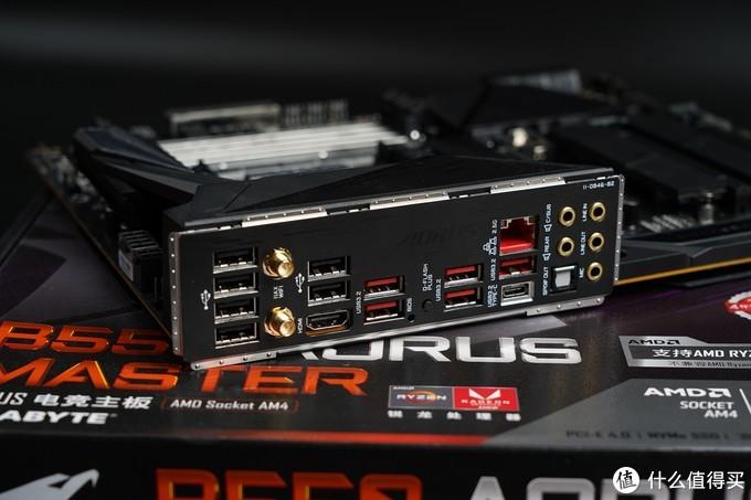 主板IO接口方面提供了1个USB 3.2 Gen2 Type-C接口,5个USB 3.2 Gen2 Type-A接口,6个Gen1接口,两个无线网卡天线接口,支持Wi-Fi 6双通道802.11ax与蓝牙5.0,还配置了2.5G千兆高速网卡的网线接口,还提供(Q FLASH PLUS功能)通过U盘在不开机情况下一键升级BIOS按钮,配置可谓豪华。