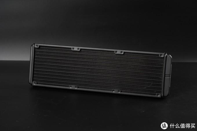 冷排规格为标准的360MM冷排,高密度鳍片设计,可安装3个标准12CM风扇。