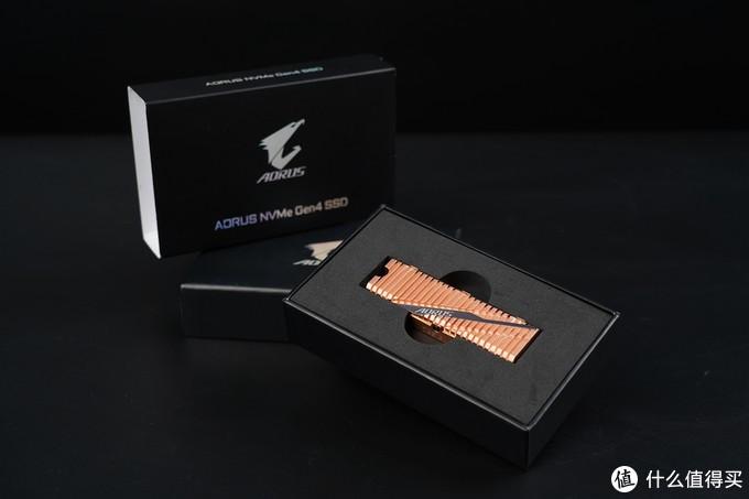 打开包装可以看到金灿灿的纯铜散热块。