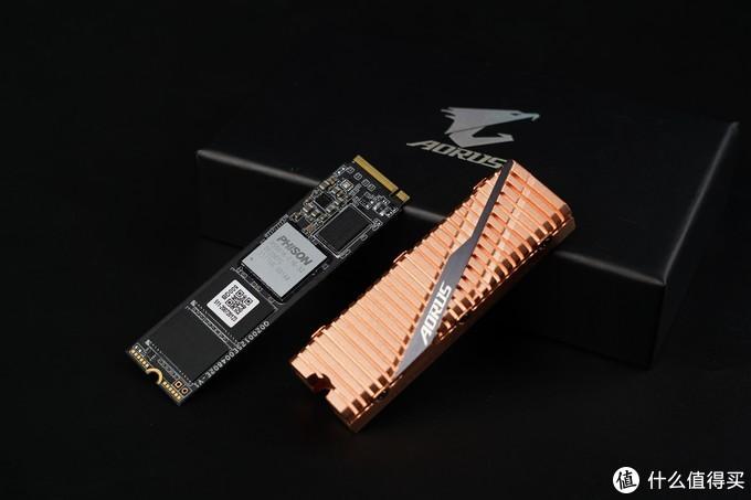 为了方便安装,此前已经单独拆出了盘体。这款SSD则采用双面PCB布局设计,其中正面包括一颗主控、一颗缓存、和两颗存储芯片,反面则是一颗缓存和两颗存储芯片。技嘉AORUS NVMe Gen4 SSD搭载群联PS5016-E16主控,采用28nm工艺制造,八个闪存通道,每通道支持32颗内存颗粒,走PCIe 4.0×4系统总线,最高提供8GB/s的带宽、支持NVMe 1.3以及第四代LDPC纠错引擎、RAID ECC、损耗均衡等可靠性技术。