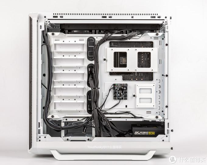 后侧板内部简洁,背线空间充足,电源为安钛克HCG750