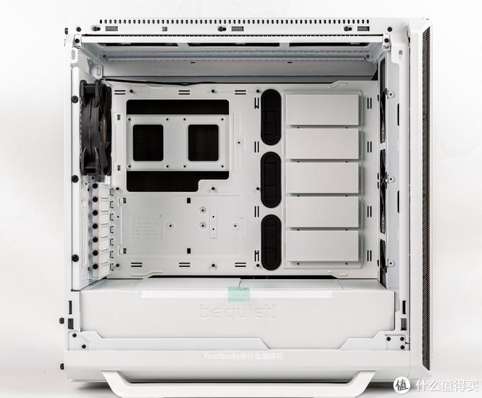 机箱内部视图,整个主板支架可取出换边安装为RTX结构,只要通过左边前三后三共六颗螺丝和右边后面三颗螺丝拧下取出即可,电源挡板处中间有商标 bequiet!,主板位前面有硬盘安装挡板,附件内有硬盘支架