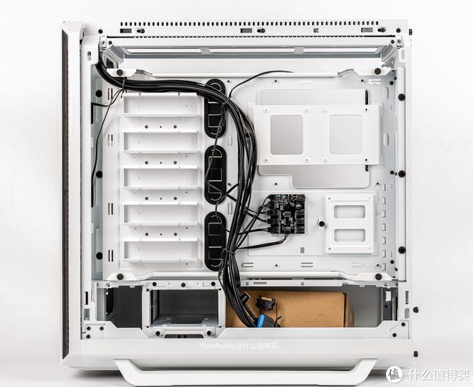 机箱背面的背线区域,左边硬盘区域默认硬盘位挡板可避免太多镂空,中间有风扇集线器可控制6个风扇,底部是硬盘架和电源位