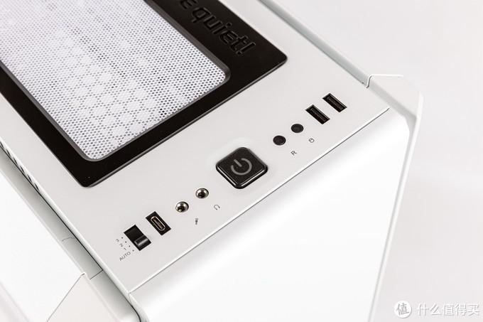 前置IO区域,左起为风扇调速器控制按钮,typeC口,音频口,开机键,重启键,硬盘灯,USB3.0口,这里的顶部面板其实两边各有一条通风孔,所以在使用静音面板的时候也可以起到通风作用
