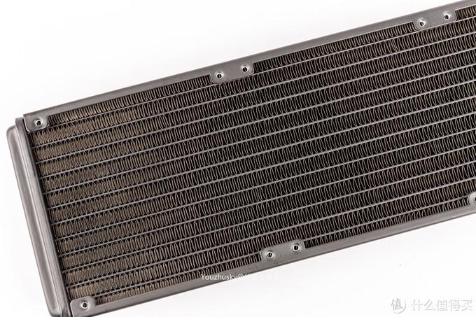 27mm厚度的冷排也是标准配置,整个冷排的翅片也是非常整齐,边缘也处理到位