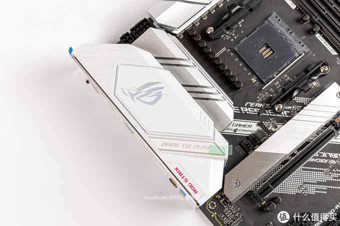 一体IO挡板处是塑料材质的ROG标,供电散热则为铝