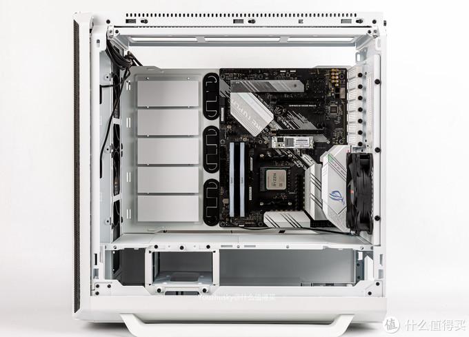 取出主板托板进行换向RTX结构安装,这是原本机箱的右侧板面,主板已经倒置安装