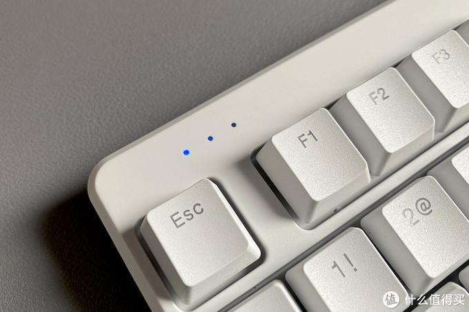 设计色调基本就是用蓝色点缀,包括开机键