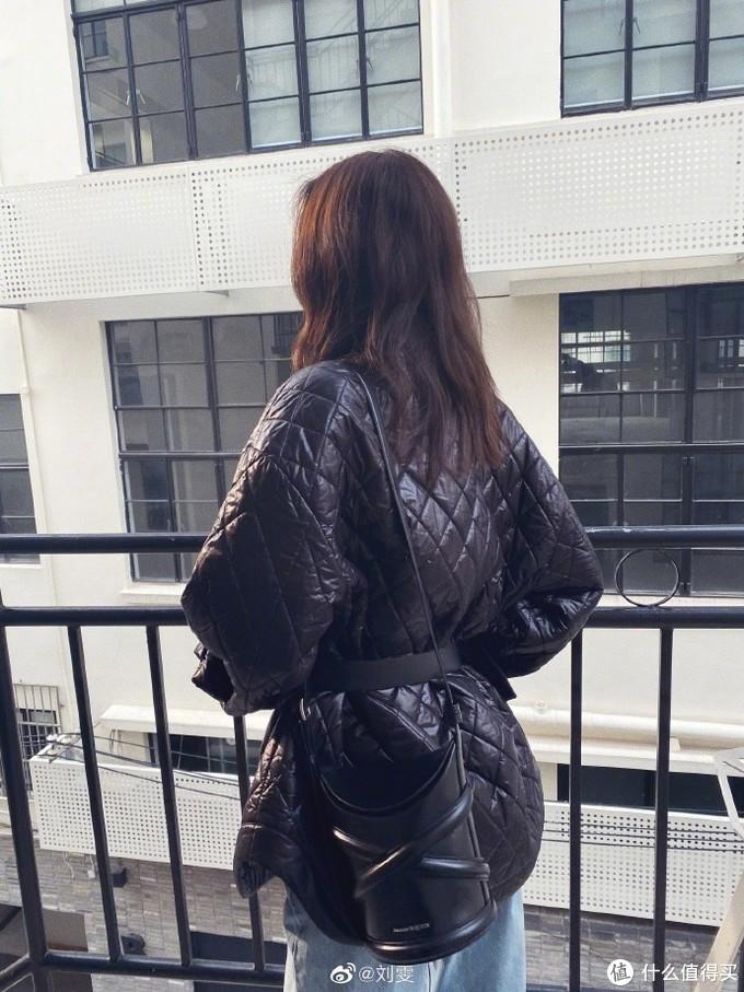 明星背啥包:刘雯又双叒换新包了,3月背了这几只