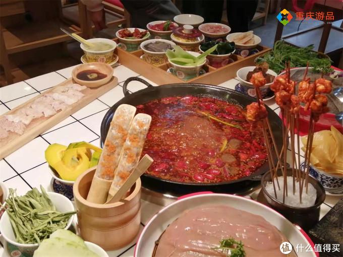 重庆麻辣明星开火锅店,主打肥肠菜品,甚至还有刺身,口味太重了