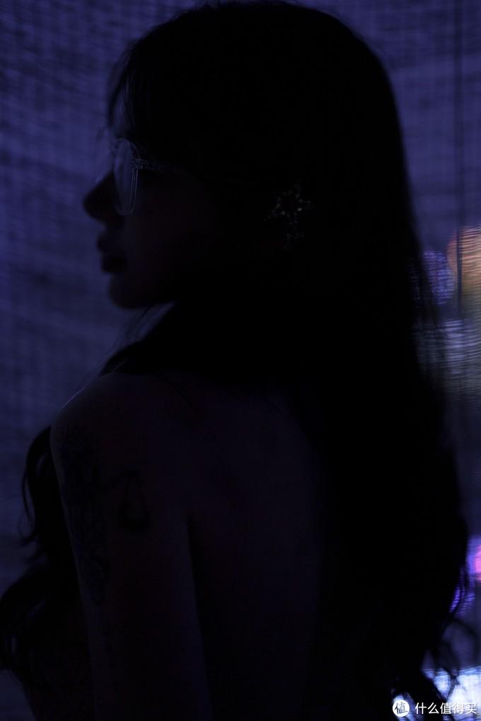 夜幕蓝调人像,索尼FE50mm F1.2GM镜头下的独特影调