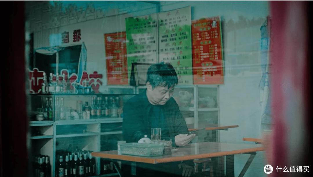纪录片《一直游到海水变蓝》(2020)中的余华画面。