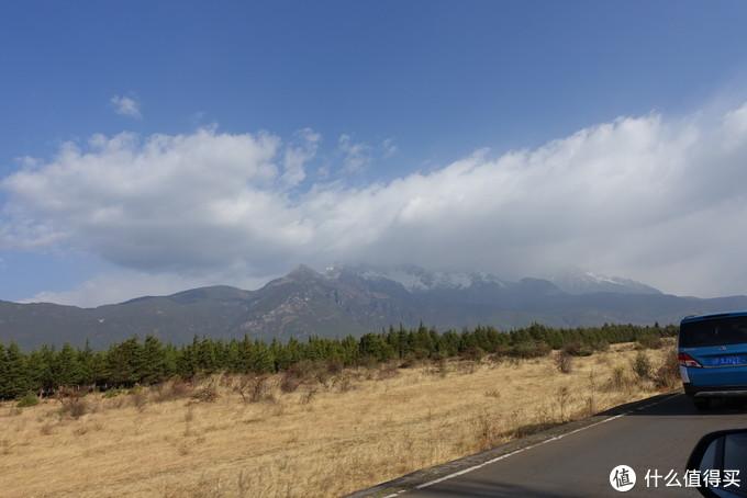 前往雪山的路上,云很大,看不到山顶