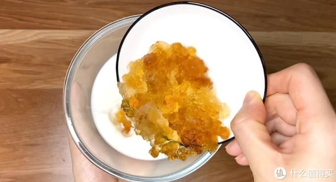 口味清爽,冰冰凉凉的果冻口感 —— 桃胶酒酿牛奶布丁,做法简单,值得收藏起来