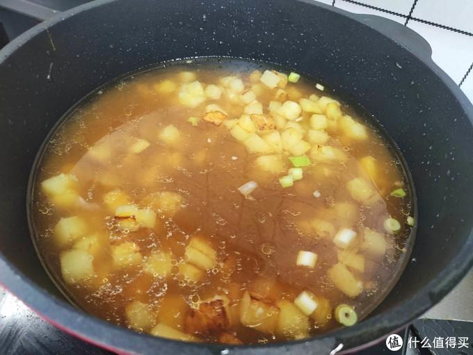 懒人面条这样做,菜和面一锅出,无需加肉也特香,一人能吃一大盘
