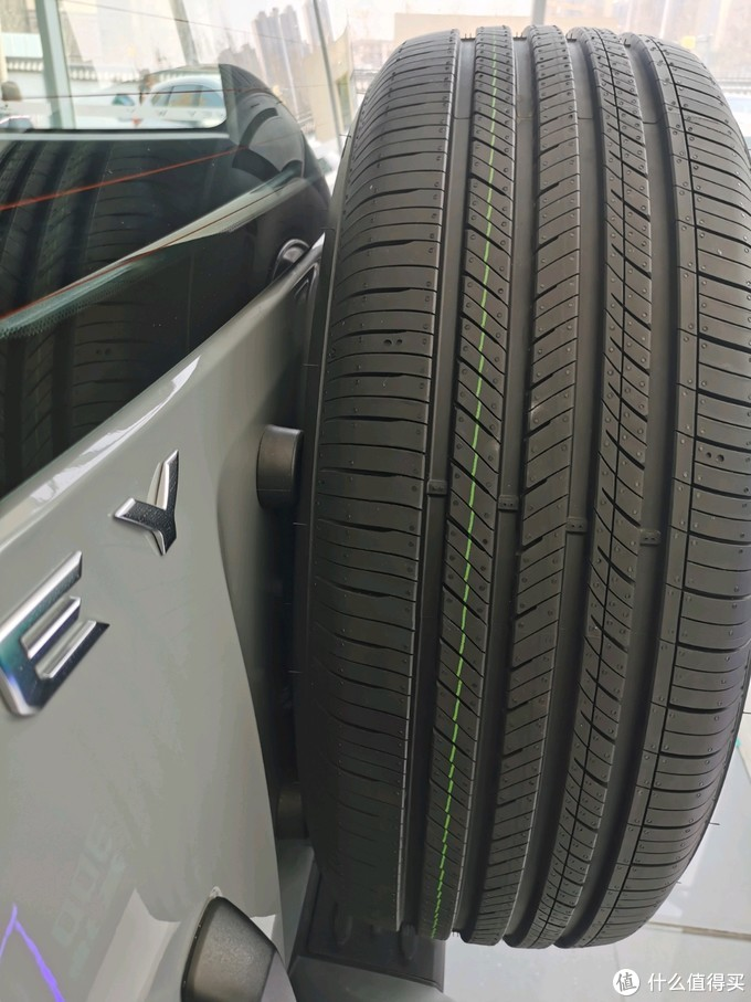 4个胶垫对抗关车门备胎的冲击力