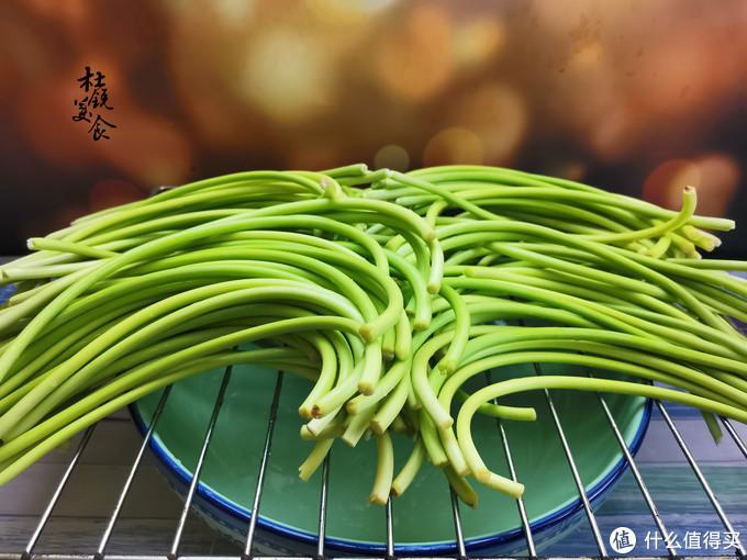鲜蒜苔上市,实惠又鲜嫩,用了10年的酱腌蒜苔方法,1天就能吃