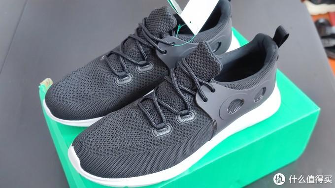 作为一款入门级别的跑鞋,鞋子外观偏向于运动风格。