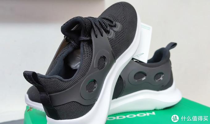 鞋内侧采用了柔软的填充物,穿着时不会感觉太硬,反而有种柔软的触感。