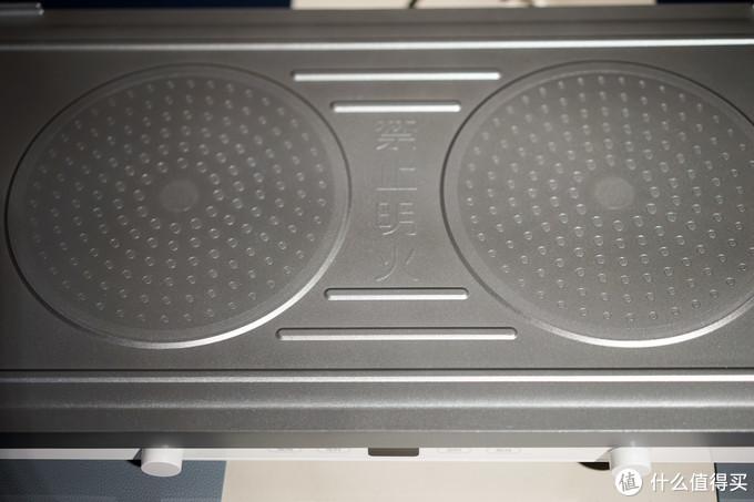 背面对应电磁炉的位置做了与电磁炉更好接触的圆形区域,可以更好的产生涡流把电磁能转化为热量