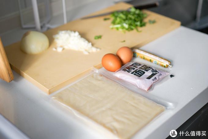 烤冷面用到了火腿肠、鸡蛋、洋葱、香菜