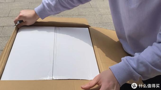 纸箱里面还有一个白箱子