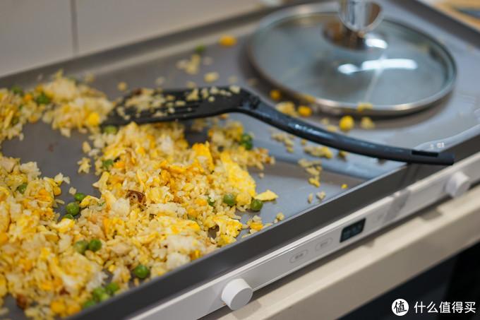 最后把青豆和玉米放进炒饭里,搅合搅合