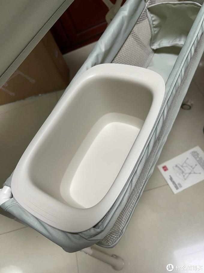 主要看中了这个小盆的设计,给宝宝换尿布的时候可以方便清洗小屁屁。