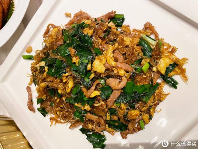岳云鹏晒生日餐,5道菜1碗面,就小龙虾是大菜,网友:接地气