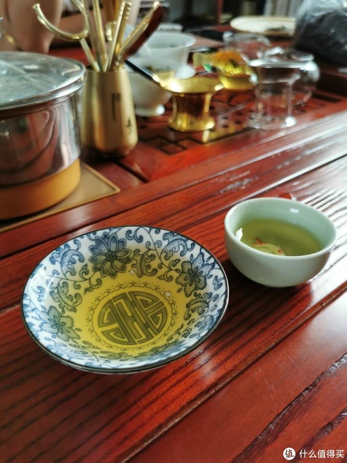 在张姐家茶室品饮去年的茶,汤色诱人,汤香四溢