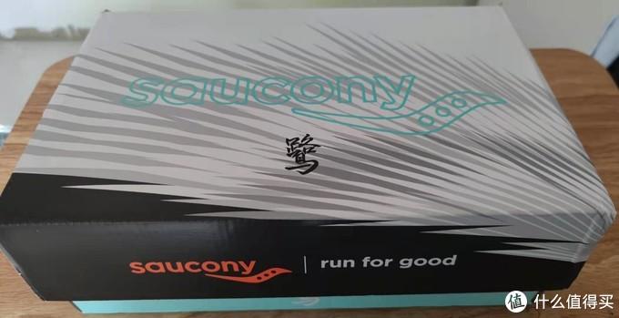 黑白相间的外盒子,跟2021厦门马拉松是同样的配色